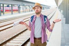 Portret van Kaukasisch mannetje in spoorwegstation stock afbeeldingen
