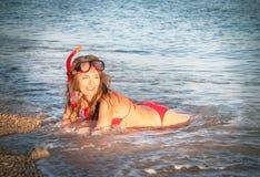 Portret van Kaukasisch meisje bij het strand die met masker snorkelen en Royalty-vrije Stock Afbeeldingen