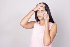 Portret van Kaukasische jonge vrouw die een mobiele telefoon met behulp van Stock Fotografie