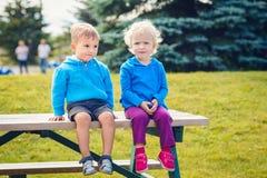 Portret van Kaukasische jongen en meisjesvrienden in blauwe hoodies stock foto