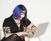 Portret van Kaukasische vrouw met laptop. royalty-vrije stock afbeeldingen