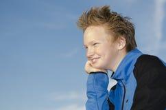 Portret van kereltje tegen blauwe hemel Stock Foto