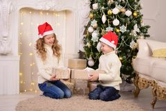 Portret van kinderen met Kerstmis van Nieuwjaargiften Stock Afbeelding