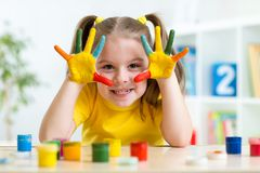 Portret van kindmeisje met gezicht en geschilderde handen Royalty-vrije Stock Foto