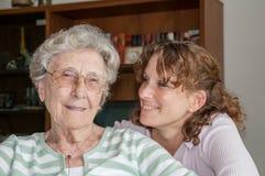 Portret van kleindochter en haar grootmoeder stock foto's