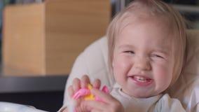Portret van kleine babymeisje geeuw bij camera stock video