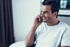 Portret van Knap Glimlachend Person Talking Phone royalty-vrije stock foto