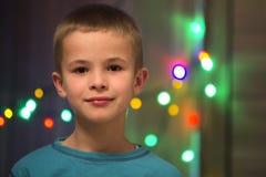 Portret van knap weinig jongen met vage bokeh achtergrond Stock Foto's
