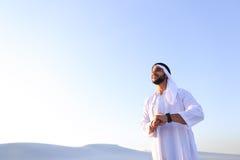 Portret van knappe Arabische zakenman die die nieuwe iWatc ervaren Royalty-vrije Stock Fotografie