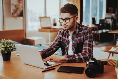 Portret van Knappe Freelancer die aan Laptop werken royalty-vrije stock foto