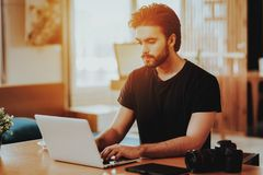 Portret van Knappe Freelancer die aan Laptop werken royalty-vrije stock afbeelding
