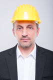 Portret van knappe ingenieur die bouwvakker dragen Royalty-vrije Stock Afbeeldingen