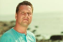 Portret van knappe kerel tijdens zomer Royalty-vrije Stock Foto's