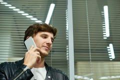 Portret van Knappe Manager met Smartphone royalty-vrije stock afbeelding