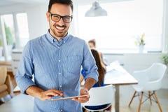 Portret van knappe mannelijke manager die digitale tablet gebruiken stock afbeelding
