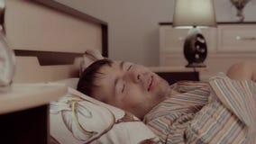 Portret van knappe mensenslaap in zijn slechte niet correct stock video