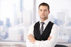 Portret van knappe zakenman in bureau Stock Fotografie