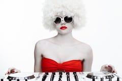 Portret van koel sexy vrouwelijk DJ, op wit Stock Foto's