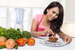 Portret van kokende vrouw in keuken Royalty-vrije Stock Afbeeldingen