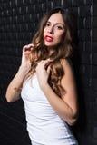 Portret van krullend jong brunette Royalty-vrije Stock Foto