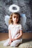 Portret van krullend meisje met engelenvleugels stock fotografie