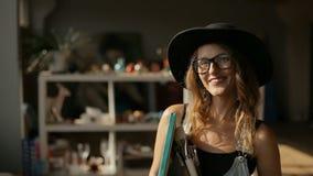 Portret van kunstenaar stock video