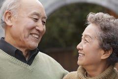Portret van lachend hoger paar voor ronde boog, Peking Stock Afbeelding
