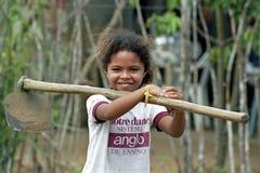 Portret van lachend meisje met schoffel op schouder Stock Afbeeldingen