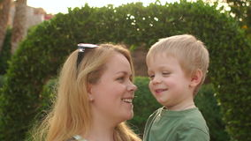 Portret van lachende moeder en baby in Park stock footage