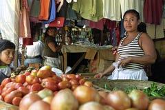 Portret van Latino marktverkoper in plantaardige box stock foto