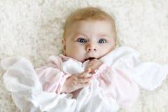Portret van leuk aanbiddelijk pasgeboren babykind Royalty-vrije Stock Afbeelding
