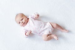 Portret van leuk aanbiddelijk pasgeboren babykind Royalty-vrije Stock Foto's