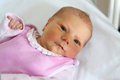 Portret van leuk aanbiddelijk pasgeboren babymeisje Stock Afbeeldingen