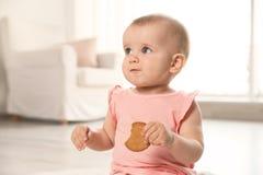 Portret van leuk babymeisje met koekje royalty-vrije stock foto
