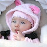 Portret van leuk babymeisje in wandelwagen in openlucht Royalty-vrije Stock Afbeeldingen