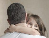 Portret van leuk die meisje in vader` s wapens wordt gehouden Gelukkige houdende van familie Vader en zijn het meisje van het doc stock foto's