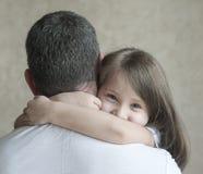 Portret van leuk die meisje in vader` s wapens wordt gehouden Gelukkige houdende van familie Vader en zijn het meisje van het doc royalty-vrije stock foto