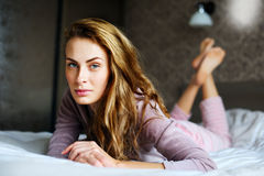 Portret van leuk en mooi meisje bij bed Stock Foto