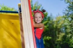 Portret van leuk meisje in enim algemene en rode T-shirt en headscarf het spelen van en het hebben van pret royalty-vrije stock foto