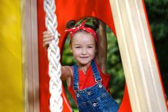 Portret van leuk meisje in enim algemene en rode T-shirt en headscarf het spelen van en het hebben van pret royalty-vrije stock afbeelding