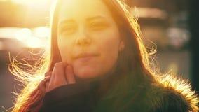 Portret van leuk mooi tienermeisje De zonnige lente dag 60 aan 24fps 4K UHD stock video