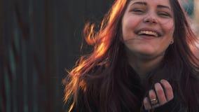 Portret van leuk mooi tienermeisje De zonnige lente dag 60 aan 24fps 4K UHD stock videobeelden
