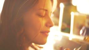 Portret van leuk mooi tienermeisje die van geur van een theezakje genieten De zonnige lente dag 60 aan mooie dromerig van 24fps b stock video