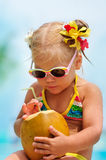 Portret van leuk peutermeisje met kokosnoot Stock Foto's