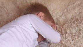 Portret van leuk weinig jongen in de ochtend in bed stock videobeelden