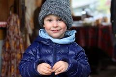 Portret van leuk weinig jongen in het dorp Kind op de achtergrond van een de zomerterras in de vroege lente stock afbeeldingen