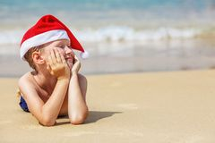 Portret van leuk weinig jongen in Kerstmanhoed Royalty-vrije Stock Afbeelding