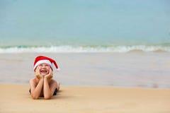 Portret van leuk weinig jongen in Kerstmanhoed Royalty-vrije Stock Foto's