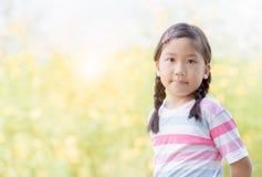 Portret van leuke Aziatische meisjeglimlach stock foto's