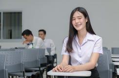 Portret van leuke Aziatische studente met steunen op de tanden stock afbeelding